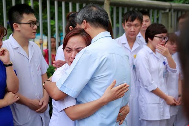 Không ai có thể kìm nén xúc động khi chia tay Giáo sư Nguyễn Anh Trí. Ảnh: Viện Huyết học - Truyền máu Trung ương
