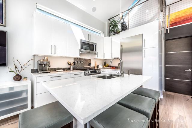 Với lợi thế xây trần nhà cao, chủ nhà đã bố trí thêm một gác xép làm không gian nghỉ ngơi và làm việc riêng tư. Không gian bên dưới được dành riêng cho phòng khách, bếp và khu vực ăn uống rộng rãi.
