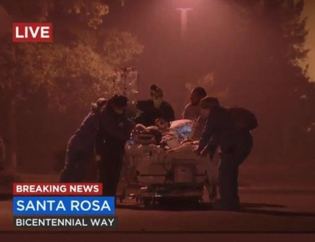 Người bị thương được đưa đi cấp cứu ở Santa Rosa. Ảnh: Daily Mail