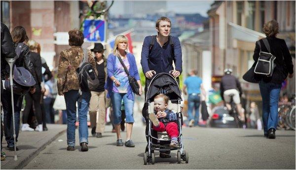 Chăm sóc con cái được chia đều giữa người mẹ và người bố ở Thụy Điển (Ảnh minh họa).