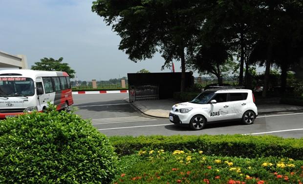 Trong một tình huống bất ngờ khi có xe buýt vào đón CBNV, hệ thống của xe tự lái đã kịp nhận diện và giảm tốc độ.
