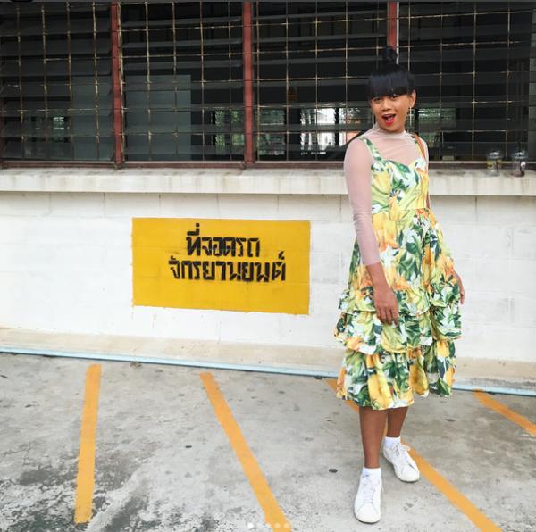 Jennie thường xuyên chọn những bộ trang phục nhiều màu sắc để làm mình trở nên nổi bật hơn.