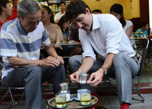 Thủ tướng Canada thưởng thức cà phê sữa tại quán cà phê Vy, khen cà phê Sài Gòn rất ngon. Nguồn ảnh: Tiền Phong