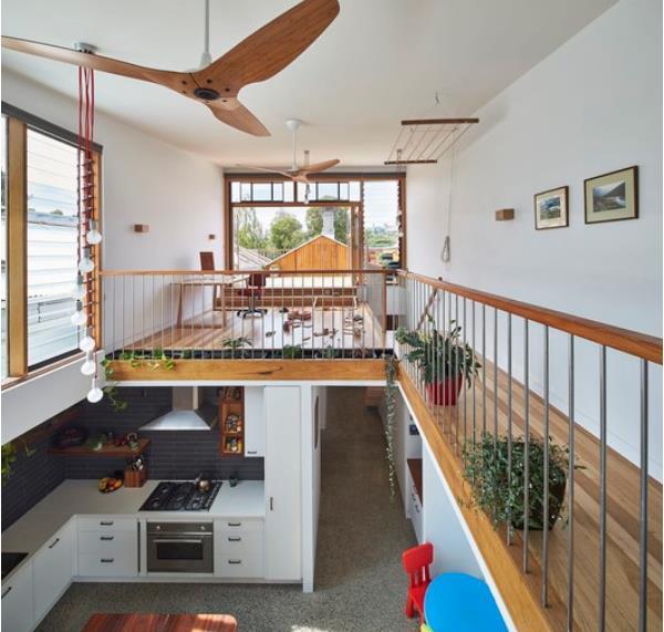 Khoảng thông tầng của ngôi nhà đóng một vai trò vô cùng quan trọng giúp nắng gió từ ban công tầng 2 có thể dễ dàng len lõi qua cửa vào nhà và đi đến từng ngõ ngách của tầng 1.