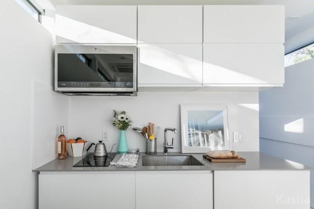 Nằm ở một vị trí rất nhỏ thôi nhưng nơi nấu ăn được bố trí khéo léo, gọn gàng với hệ thống tủ kệ khép kín.