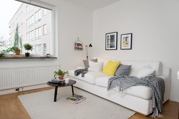 Góc tiếp khách được thiết kế đơn giản với chiếc ghế sofa dài kê sát tường, bên cạnh là bàn cafe nhỏ có thể dễ dàng cất gọn khi không sử dụng.