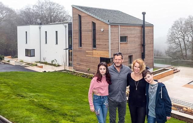 Ngôi nhà lý tưởng được gia đình anh chị xây trên mảnh đất 52 mẫu. Trong đó 7 mẫu đất và 45 mẫu rừng.