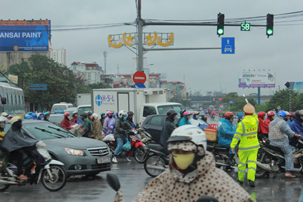 Nỗ lực phân luồng giao thông trên đường Giải Phóng.