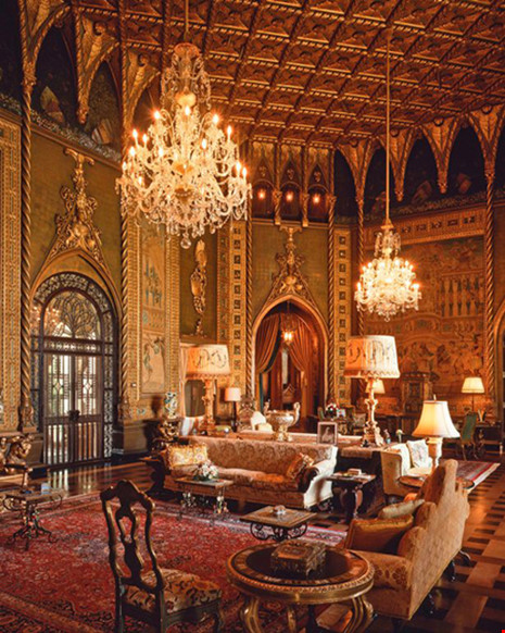 Phòng khách với nhiều nội thất xa hoa.