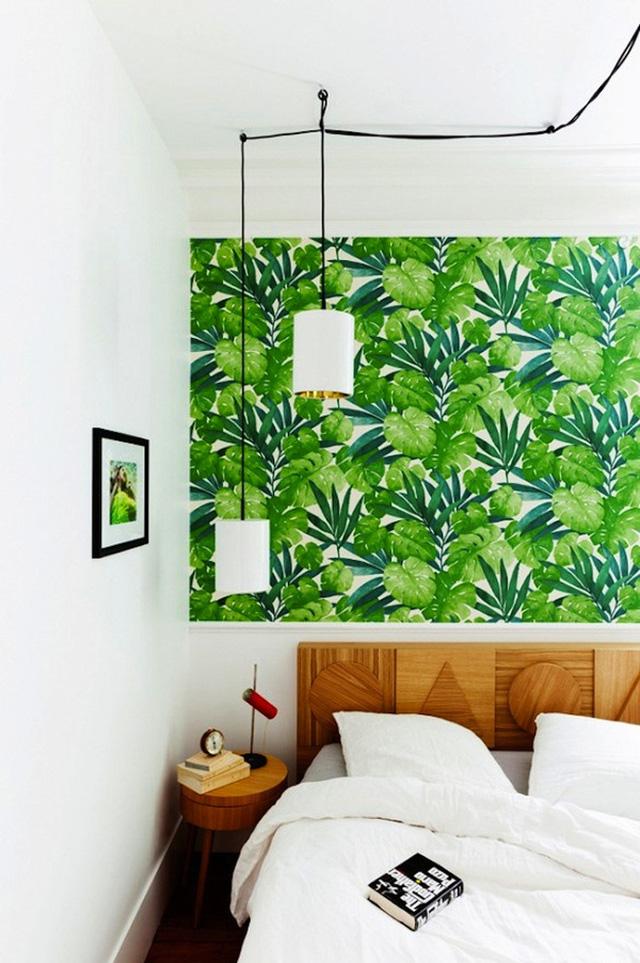 Dù diện tích vô cùng khiêm tốn chỉ đủ để kê một chiếc giường và một lối đi nhỏ nhưng căn phòng này lại khiến cho người xem cảm giác thoải mái, mát dịu nhờ màu xanh mướt của cỏ cây hoa lá nhờ bức decal lớn được dán ngay trên đầu giường.