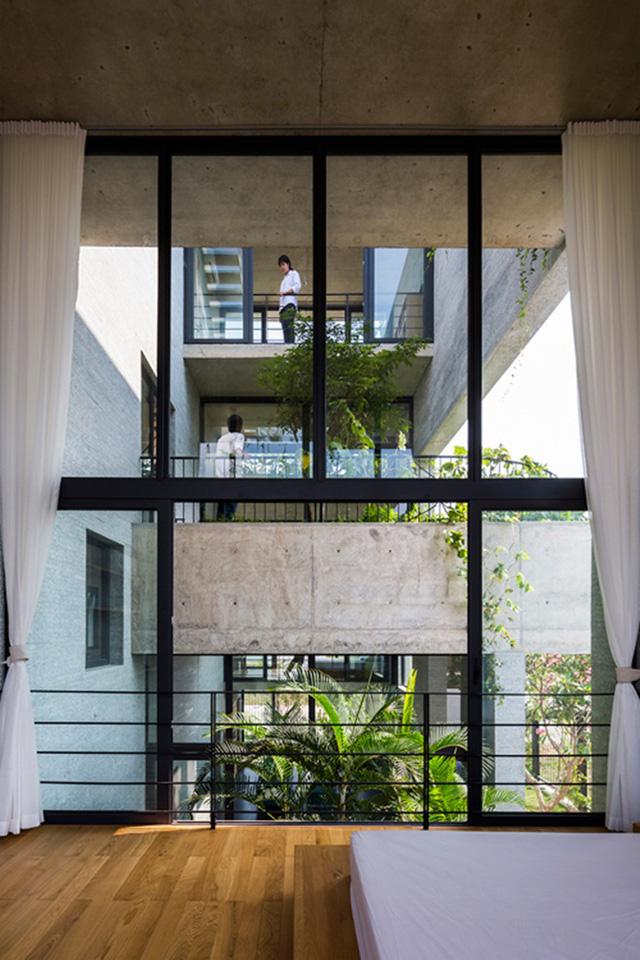 Những khu vườn được đặt đan xen theo phương thẳng đứng giữa các tầng. Từ một gian phòng, chủ nhà có thể phóng tầm mắt đến các phòng khác xuyên qua những khoảng vườn xanh mướt, trò chuyện cùng nhau.