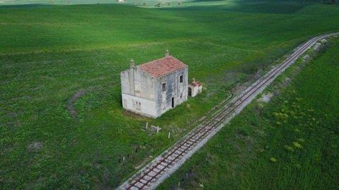Casa Canteneria nằm bên cạnh đường sắt được xây cách đây hàng trăm năm.
