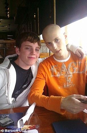 Zach chụp ảnh cùng em trai năm 2010, thời điểm anh đang điều trị ung thư.