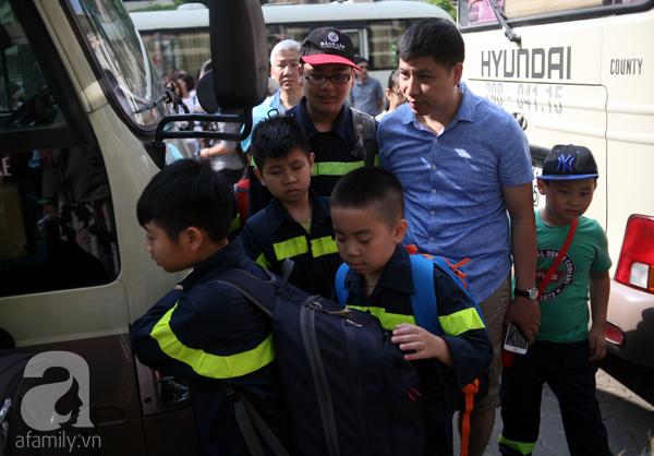 Khoảng 10h, 4 chuyến xe khách chở 87 trẻ nhỏ lên cơ sở II trường ĐH Phòng cháy chữa cháy