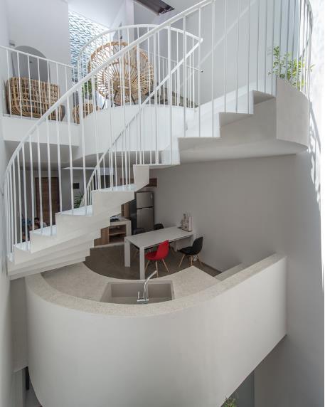Không gian tầng 2 được thiết kế với 1 bên là bếp và bàn ăn, 1 bên là phòng ngủ.