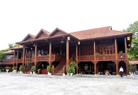 Ngôi nhà được xây dựng từ hơn 500m3 gỗ lim nguyên khối.