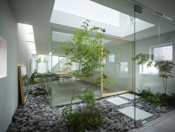 Sống chan hòa và gần gũi với thiên nhiên từ lâu đã trở thành phương châm sống của người Nhật. Trong ngôi nhà dù diện tích nhỏ nhưng họ vẫn tận dụng mọi ngõ ngách để mang cây xanh, nắng gió vào nhà.