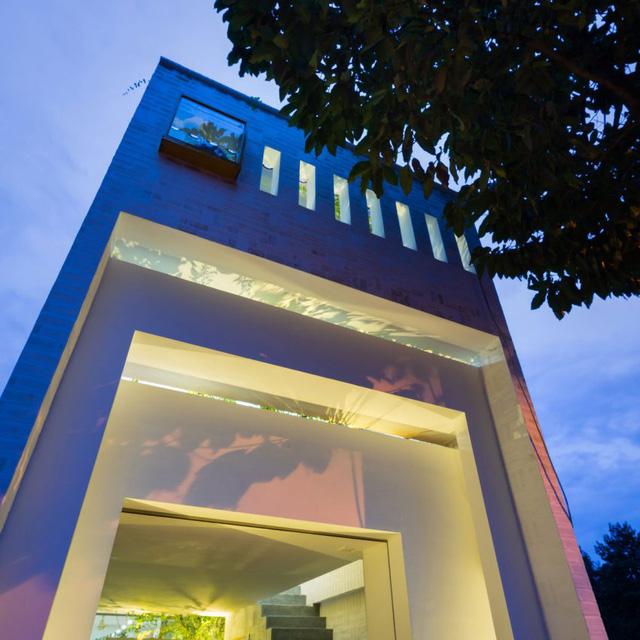 Để tận dụng tối đa nguồn ánh sáng tự nhiên, ngôi nhà này được xây dựng với 4 mặt đứng khác nhau hình thành những khoảng trống bị kẹp ở giữa giống hệt như như những giếng trời mang ánh sáng chan hòa cho tất cả các không gian trong nhà.