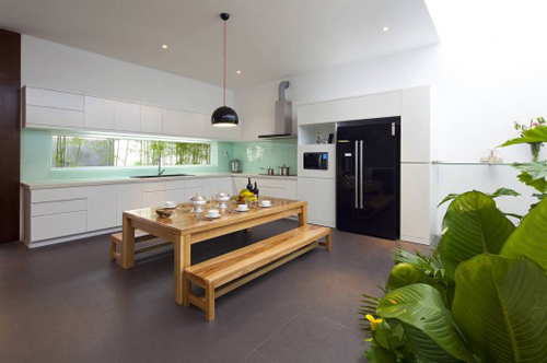 Khu vườn nội thất trồng toàn cây nhiệt đới tạo môi trường thư giãn, trong lành và riêng tư tuyệt vời giữa khu dân cư đông đúc, ồn ào.