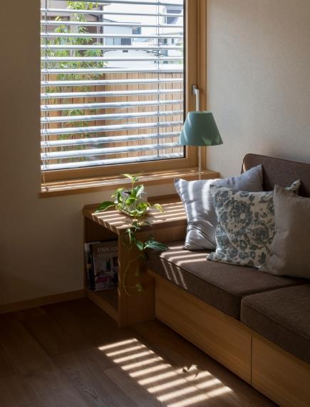 Bên hông nhà nơi phòng khách còn có một khu vườn nhỏ với cửa sổ rộng mang nắng gió cho ngôi nhà.