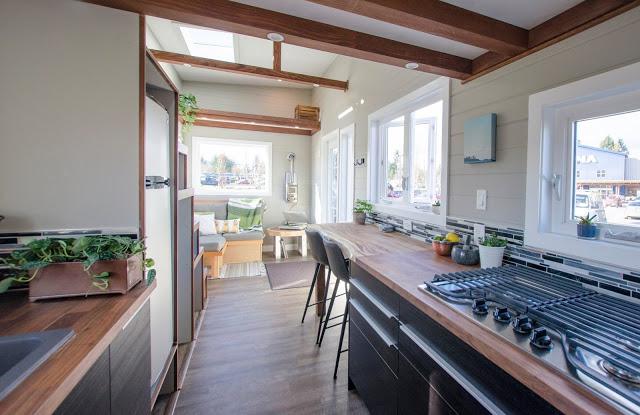 Ngay bên trên khu vực tiếp khách là một gác xép nhỏ giúp chủ nhà có thể để bất kỳ những vật dụng ít sử dụng đến trong gian đình.