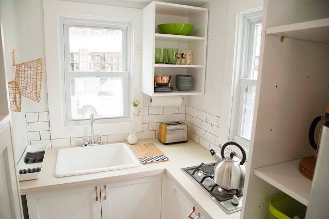 Góc bếp nấu tuy nhỏ nhưng được sắp xếp và bố trí gọn gàng, ngăn nắp.