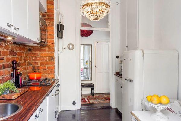 Không gian bếp ăn được thiết kế đẹp, hiện đại. Dù với diện tích khá nhỏ nhưng nơi đây lại vô cùng cuốn hút nhờ bức tường gạch trần dọc khu vực nấu ăn.