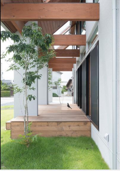 Cây xanh được trồng ngay hai bên hiên nhà.