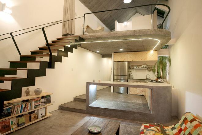 Bên trong ngôi nhà là cả một không gian rộng thoáng được thiết kế có tầng lửng là nơi nghỉ ngơi của chủ nhà. Khu vực bên dưới được bố trí với góc tiếp khách, bếp và khu vệ sinh.