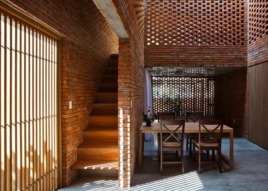 Ngôi nhà được thiết kế bao gồm hai khối hộp lồng vào nhau, với trung tâm là bếp, bàn ăn và góc thư giãn chung cho cả gia đình.