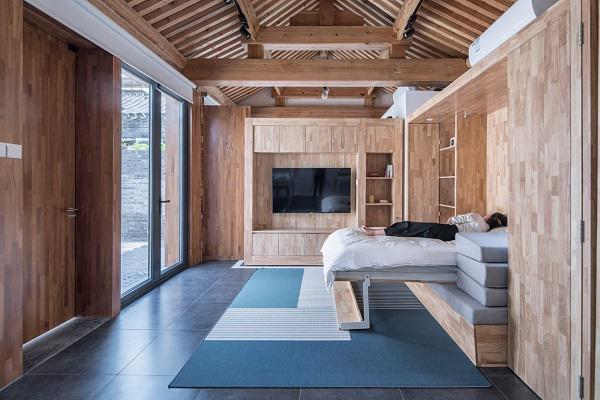 """Phòng khách từ cửa chính vào được thiết kế """"2 trong 1"""" khi cần thiết sẽ được """"biến hóa"""" thành phòng ngủ một cách """"thần kỳ"""", đủ diện tích cho nhiều người sử dụng."""