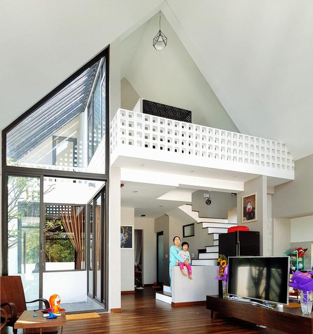 Nhờ thiết kế độc đáo và tính toán cẩn thận nên mọi không gian chức năng trong nhà đều thoáng đãng và tràn ngập ánh sáng tự nhiên.