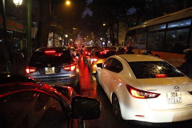 Hà Nội mưa tầm tã, đường tắc nghẹt khắp ngả - ảnh 9