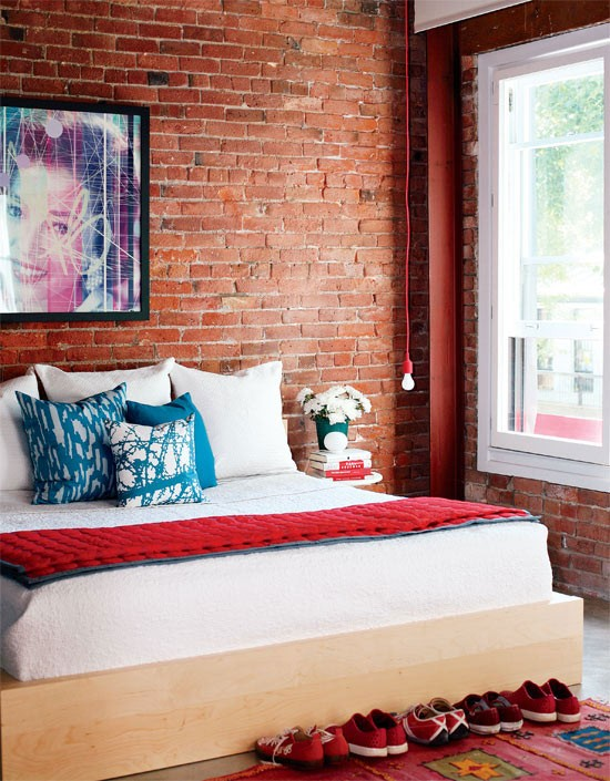 Sự xuất hiện của một bức tường gạch thô sẽ làm tăng nét độc đáo cho phòng ngủ. Đây là một cách trang trí tuyệt vời cho không gian nhỏ này.