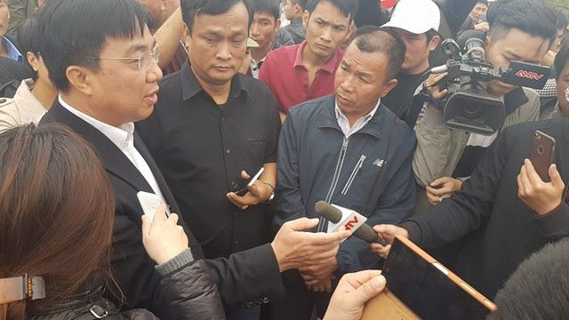 Giám đốc Sở GTVT Vũ Văn Viện trao đổi với đại diện các nhà xe