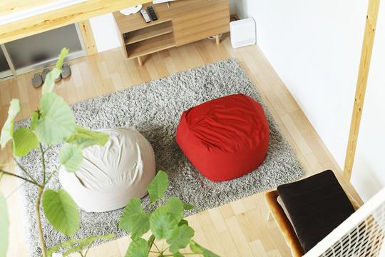Ngoài ghế không chân, nệm cũng được sử dụng như một nội thất chính. Nệm thường được đặt xung quanh bàn trà ở phòng khách, đặt xung quanh bàn ăn ở góc nhỏ ăn uống của gia đình.