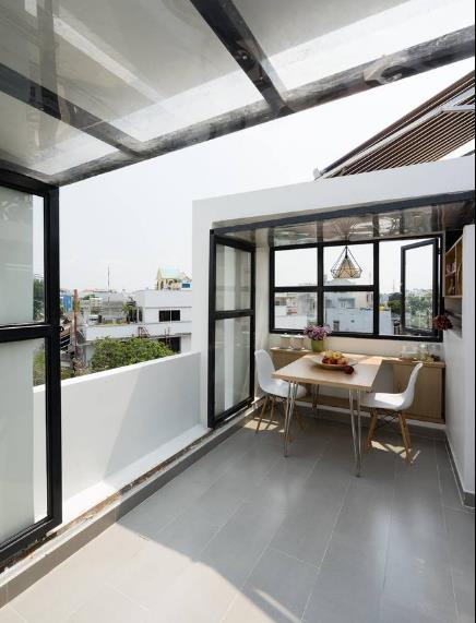 Ngôi nhà tuy nhỏ nhưng được thiết kế rất sáng tạo và tiện nghi. Bàn ăn nhỏ với view nhìn ra bên ngoài tuyệt đẹp.