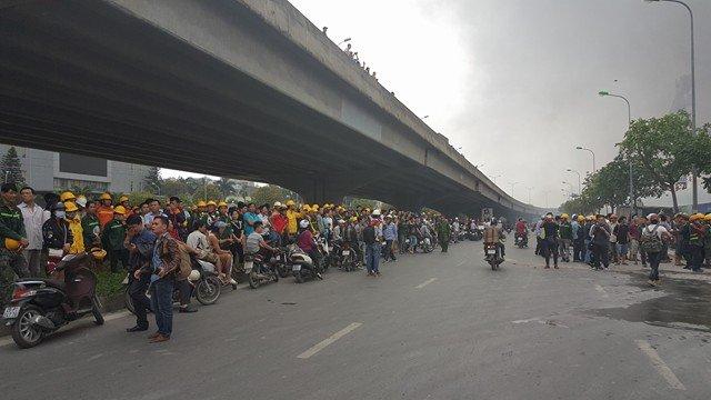 Người dân theo dõi vụ cháy từ đường Phạm Hùng.