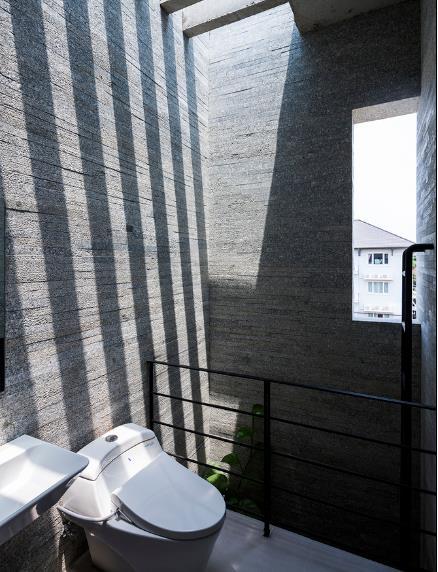 Khu vệ sinh thoáng mát và tràn ngập ánh sáng mặt trời.