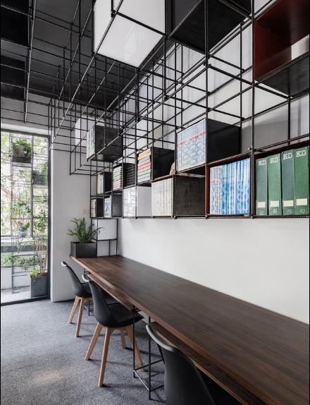 Bên trong ngoài công năng làm giá để tài liệu, nó còn mang nét độc đáo, thẫm mỹ cho căn hộ.