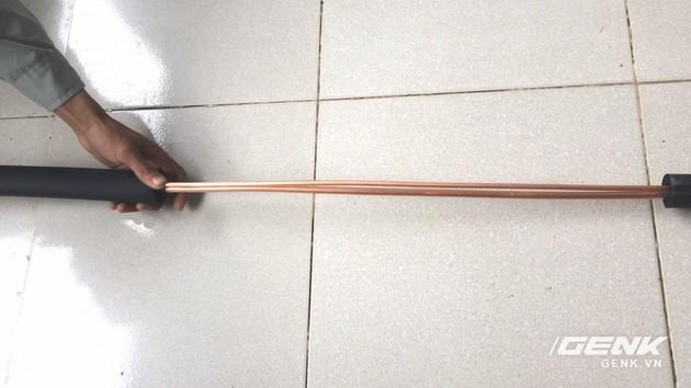 Các bạn đo độ dài ống đồng cần thiết nối giữa dàn nóng và dàn lạnh sau đó cắt. Và bọc gen bảo ôn cho 2 đường ống này.