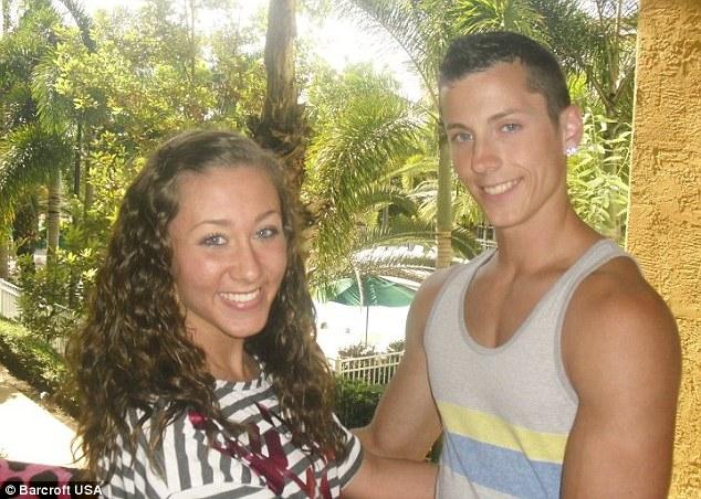 Zach chụp cùng bạn gái Tara năm 2012.