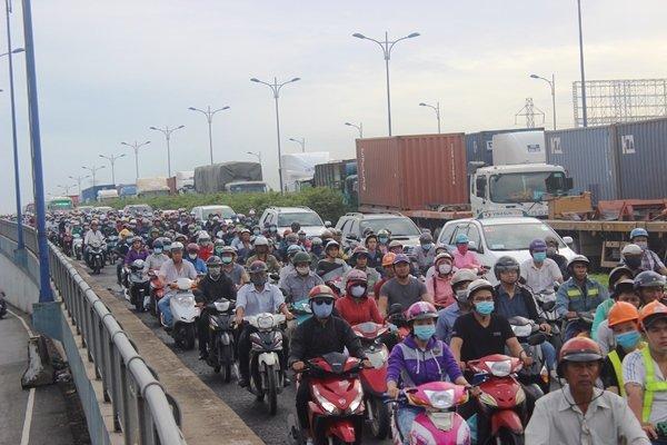 Do đường cửa ngõ cảng Cát Lái như Mai Chí Thọ, Đồng Văn Cống, Nguyễn Thị Định... kẹt cứng kéo theo cảnh ùn tắc trên tuyến Xa lộ Hà Nội