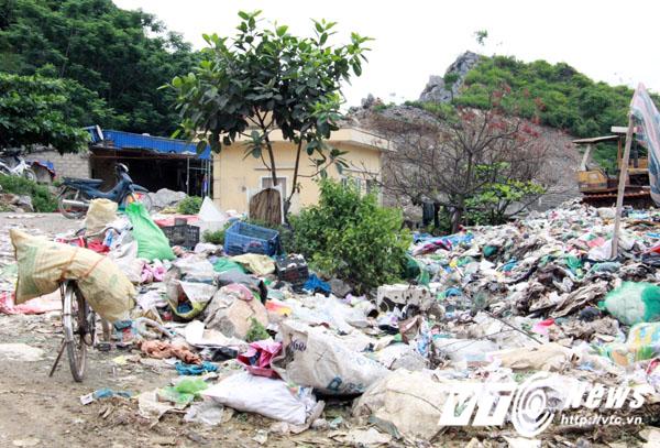 Một lán trại của đơn vị khai thác đá liền kề bị bủa vây bởi mùi sú uế, hôi thối từ bãi rác.