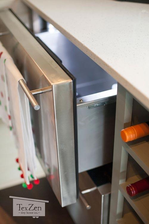 Vì diện tích hạn chế nên góc bếp nhỏ được trang bị hệ thống tủ nhiều ngăn tận dụng tối đa diện tích trữ đồ.