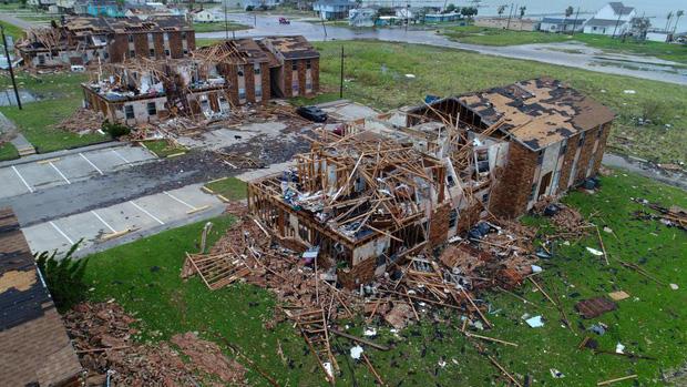 Những ngôi nhà bị sập, hư hỏng hoàn toàn.