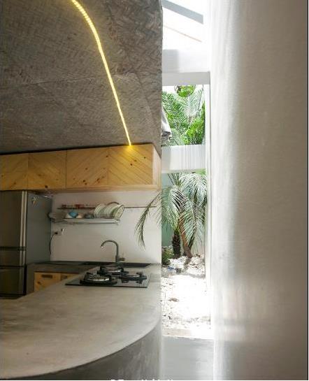 Tuy là nhà ống nhưng với cách thiết kế vô cùng thông minh ngôi nhà này đã khắc phục được tất cả những hạn chế về ánh sáng và thông gió cho không gian.