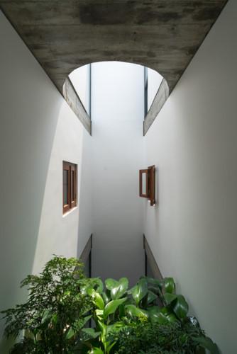 Các khoảng vườn nhỏ kết hợp với giếng thông tầng lấy ánh sáng từ trên xuống, kết nối các tầng theo chiều đứng mang ánh sáng và gió trời tràn ngập không gian.