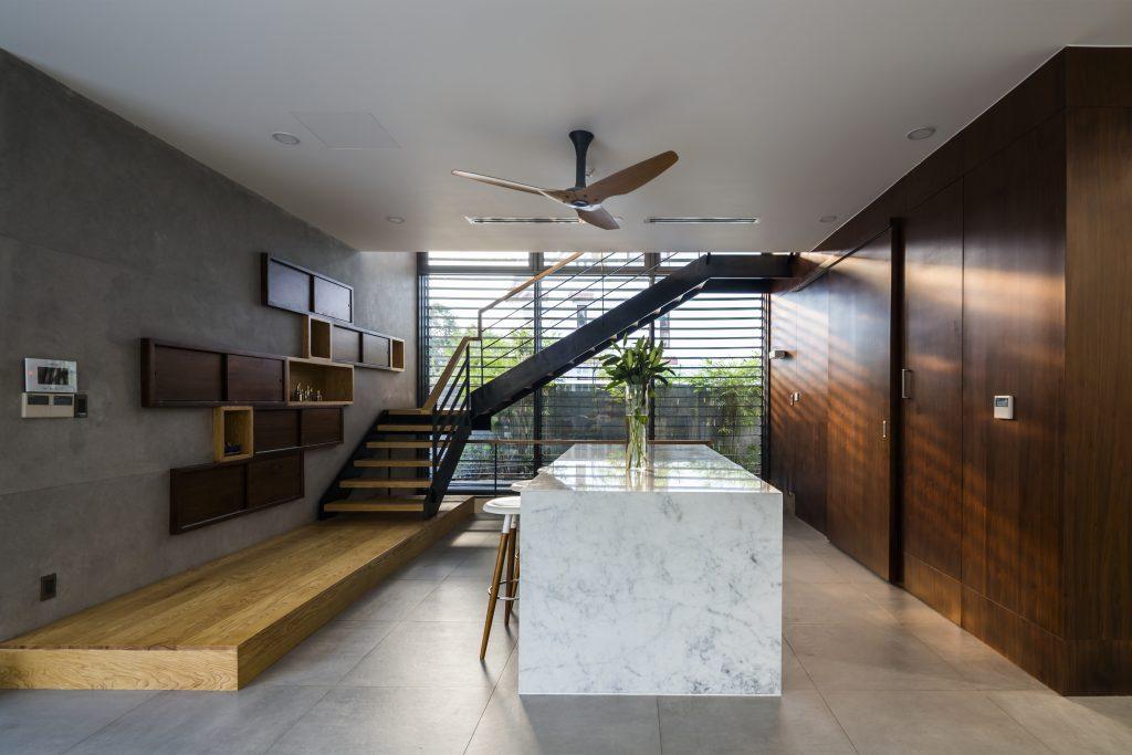 Khu vực bếp thoáng sạch được bố trí ngay chân cầu thang dẫn lên tầng 2.