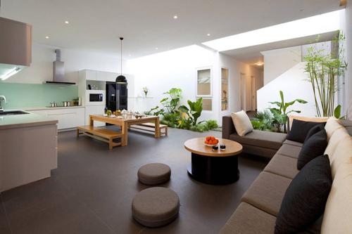 Khối nhà thứ 2 được thiết kế 2 tầng nằm sâu bên trong có lối đi băng qua khu vườn nội thất nhỏ có phần mái nhà để hở.